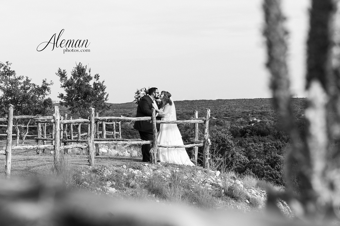doveridge-vineyard-sunset-wedding-weatherford-fort-worth-aleman-photos-adrian-kristen 02