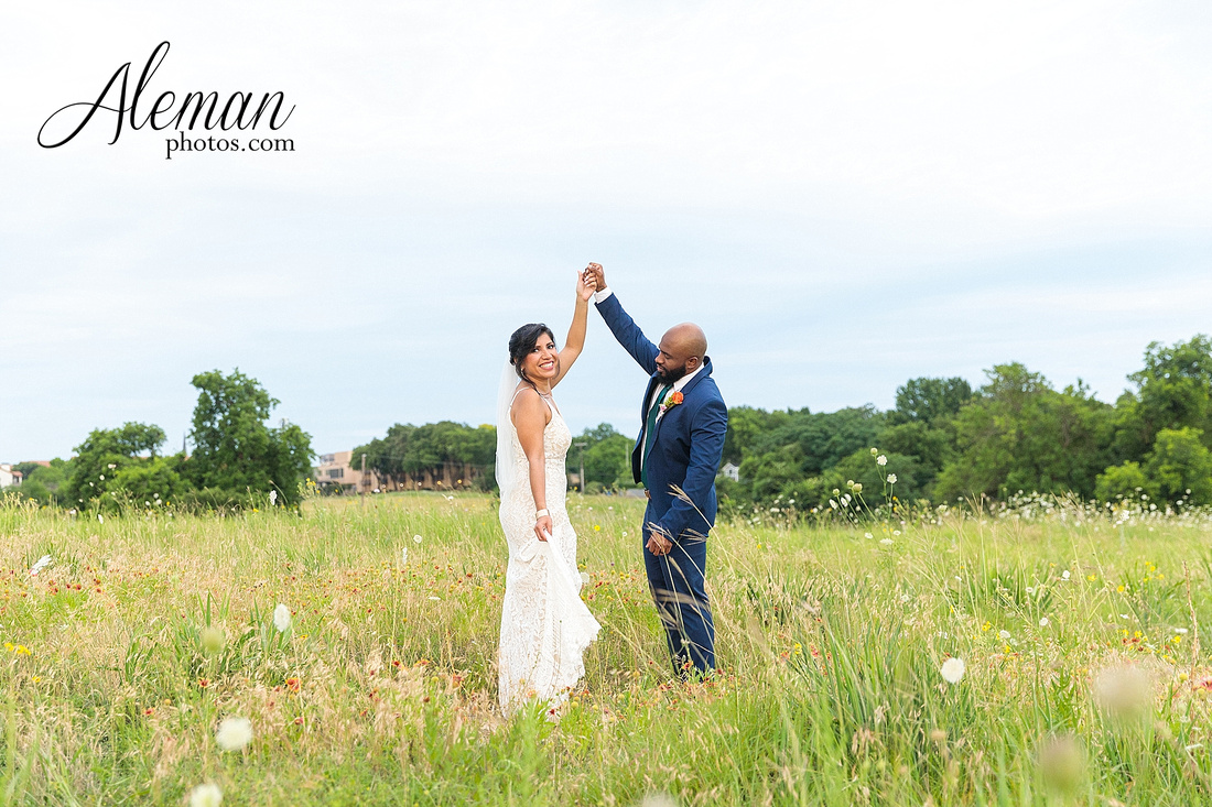 wedding-dallas-white-rock-lake-sunset-lace-hat-blue-suit-wildflowers-field-sunrise-aleman-photos-003