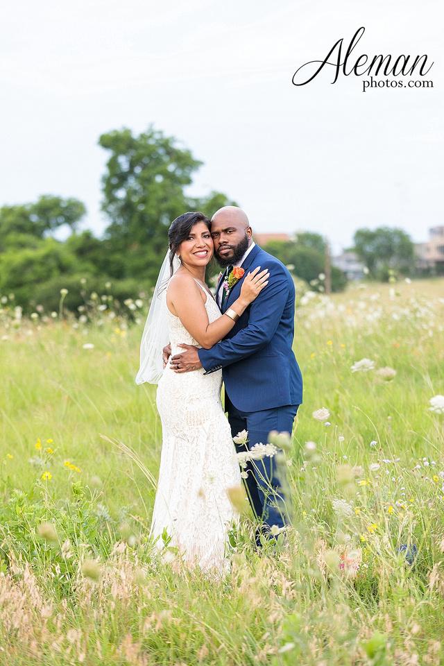 wedding-dallas-white-rock-lake-sunset-lace-hat-blue-suit-wildflowers-field-sunrise-aleman-photos-006