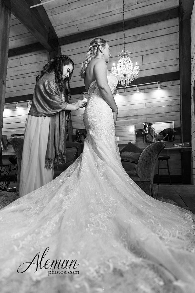 morgan-creek-barn-wedding-aubrey-denton-dallas-fort-worth-aleman-photos-white-barn-southern-texan-navy-suit-family-jennifer-alan-006