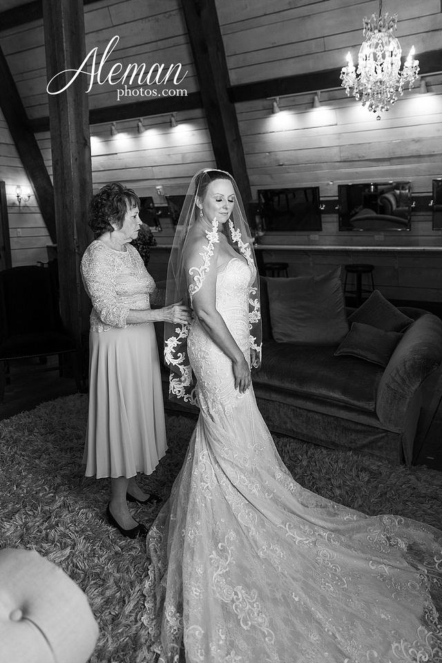 morgan-creek-barn-wedding-aubrey-denton-dallas-fort-worth-aleman-photos-white-barn-southern-texan-navy-suit-family-jennifer-alan-007