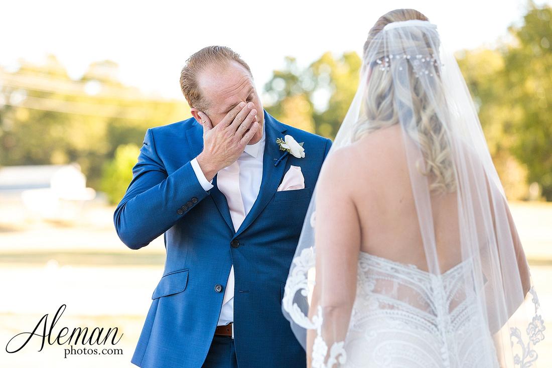 morgan-creek-barn-wedding-aubrey-denton-dallas-fort-worth-aleman-photos-white-barn-southern-texan-navy-suit-family-jennifer-alan-016