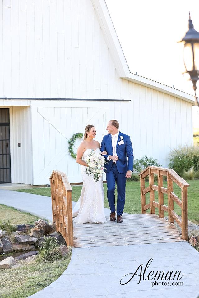 morgan-creek-barn-wedding-aubrey-denton-dallas-fort-worth-aleman-photos-white-barn-southern-texan-navy-suit-family-jennifer-alan-020