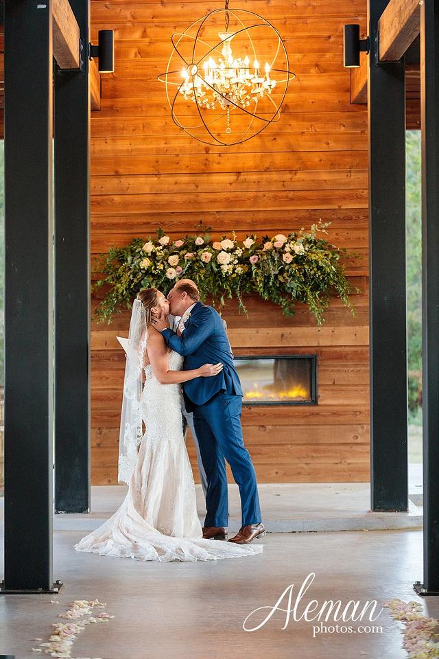 morgan-creek-barn-wedding-aubrey-denton-dallas-fort-worth-aleman-photos-white-barn-southern-texan-navy-suit-family-jennifer-alan-036