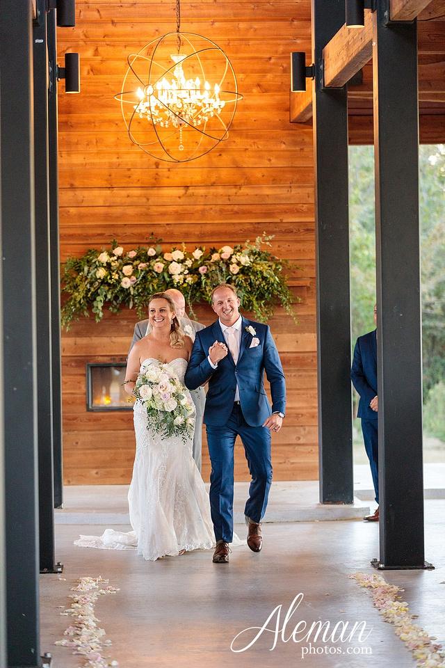 morgan-creek-barn-wedding-aubrey-denton-dallas-fort-worth-aleman-photos-white-barn-southern-texan-navy-suit-family-jennifer-alan-037