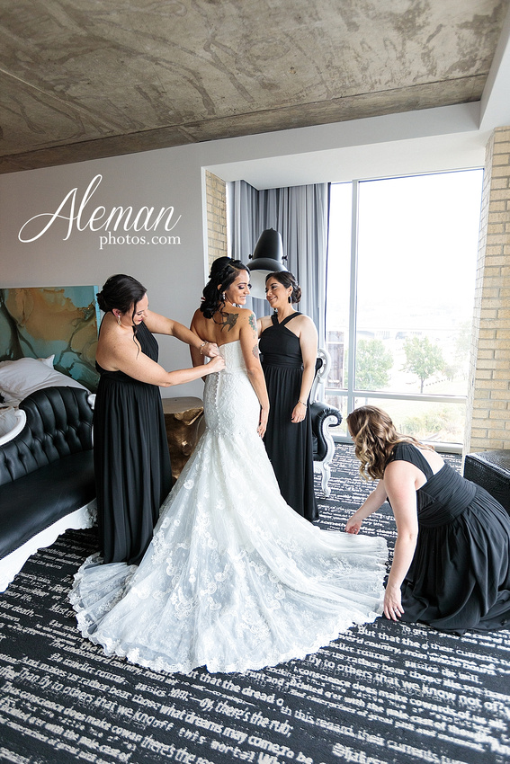 four-corners-brewery-downtown-dallas-uptown-modern-wedding-contemporary-music-records-theme-dogs-aleman-photos-dfw-mayra-justin-012