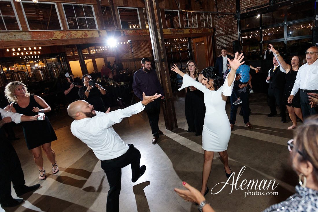 four-corners-brewery-downtown-dallas-uptown-modern-wedding-contemporary-music-records-theme-dogs-aleman-photos-dfw-mayra-justin-065