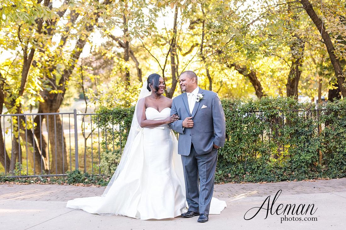 aristide-mansfield-wedding-family-outdoor-ceremony-emerald-bridesmaid-dresses-gray-suit-fall-winter-aleman-photos-042